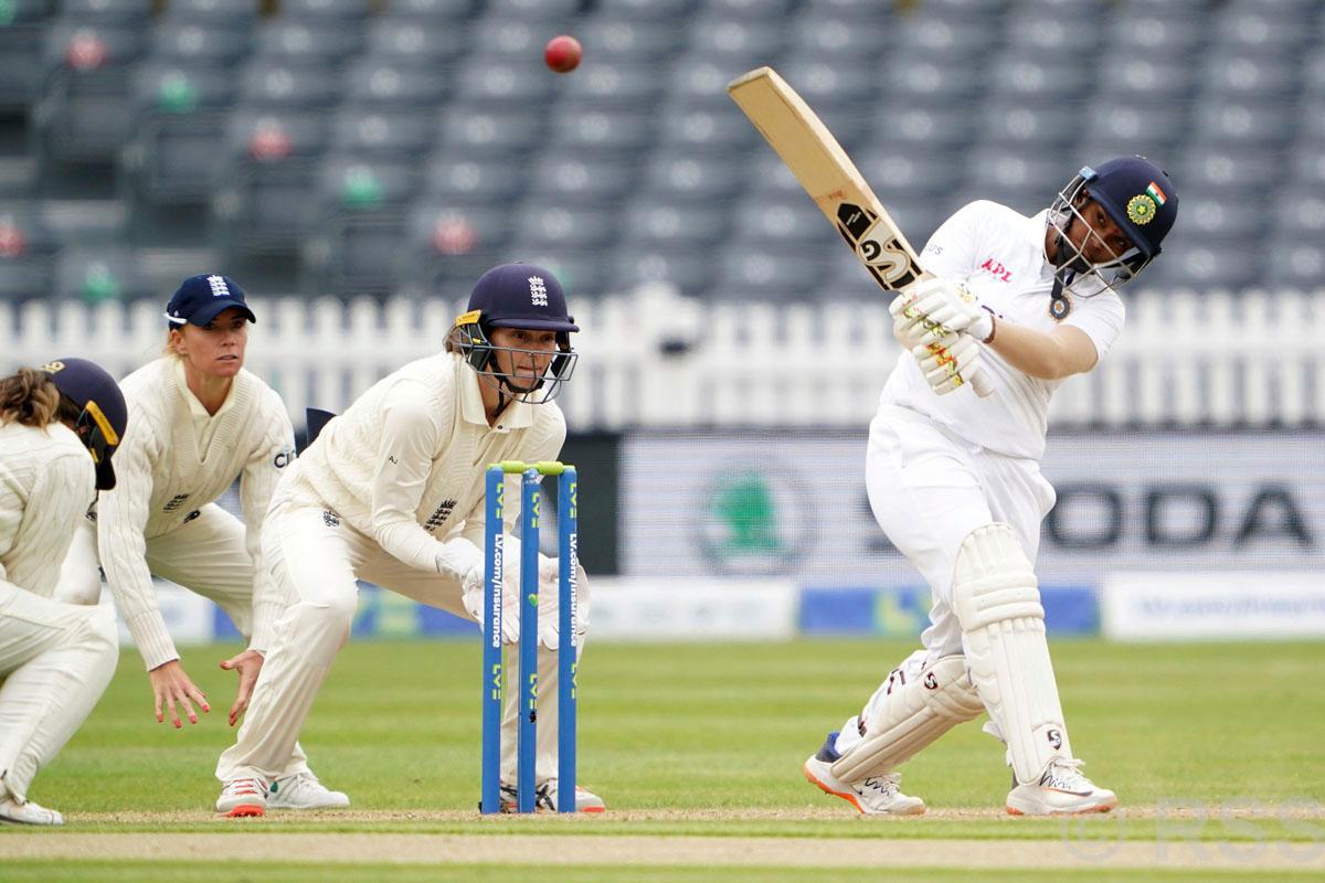 डेब्यु खेलाडी स्नेह राणा र तानियाको पारिले महिला टेस्टमा भारतलाई जोगायो
