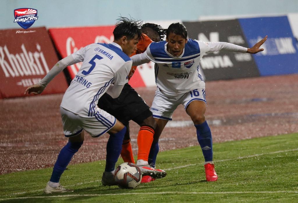 पेनाल्टी गुमाउदा बुटवल लुम्बिनी काठमाडाैं विरूद्ध पहिलाे हाफमा १-० ले पछाडी